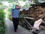 kapolda ntb umar septono pikul beras untuk warga miskin